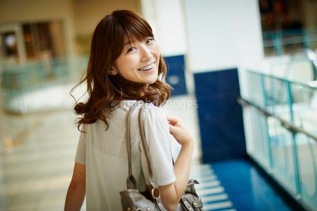 振り向く笑顔の女性の写真素材 [FYI02057006]