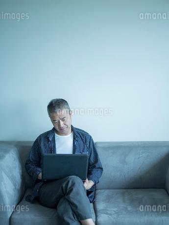 ノートパソコンを操作するミドル男性の写真素材 [FYI02057008]