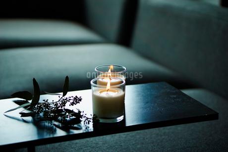 ソファとキャンドルの写真素材 [FYI02057013]