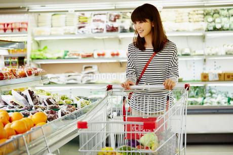 スーパーマーケットで買い物をする女性の写真素材 [FYI02057014]