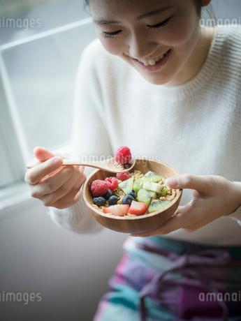 フルーツグラノーラを食べる女性の写真素材 [FYI02057017]