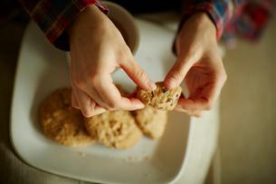 クッキーを持つ女性の手の写真素材 [FYI02057020]