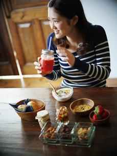 朝食を食べる女性の写真素材 [FYI02057021]