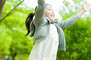 シャボン玉で遊ぶ女の子の写真素材 [FYI02057037]
