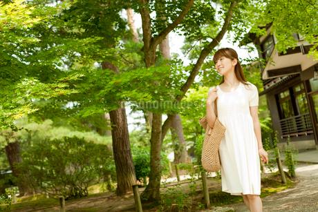 バッグを持って散策する女性の写真素材 [FYI02057057]