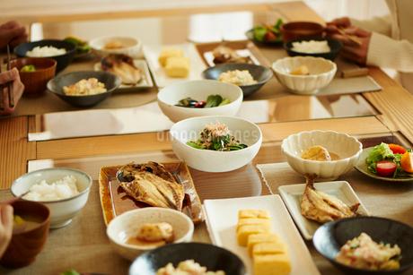 食事をするファミリーの写真素材 [FYI02057060]