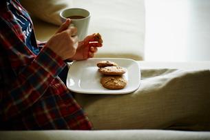 クッキーとコーヒーを持つ女性の写真素材 [FYI02057074]