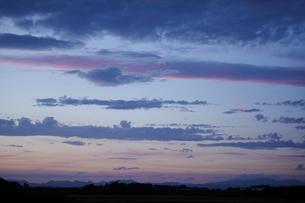 田舎の風景と夕暮れの空の写真素材 [FYI02057078]