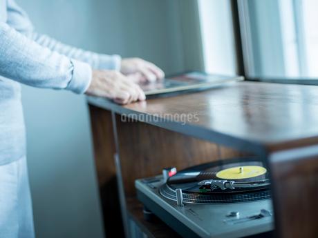 レコードプレイヤーとシニア男性の写真素材 [FYI02057091]