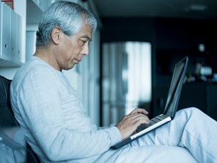 ノートパソコンを操作するシニア男性の写真素材 [FYI02057092]