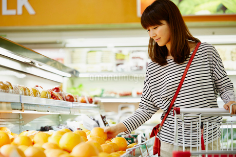 スーパーマーケットで買い物をする女性の写真素材 [FYI02057095]