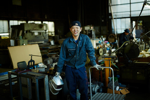 笑顔の工場作業員の写真素材 [FYI02057126]