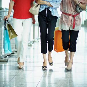 ショッピングを楽しむ3人の女性の写真素材 [FYI02057132]