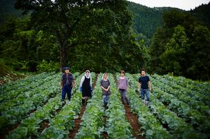 畑に並んで立つ農家ファミリーの写真素材 [FYI02057136]