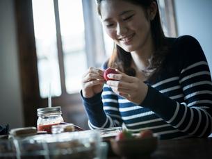 イチゴを持つ女性の写真素材 [FYI02057141]