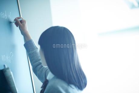 黒板に書く女子学生の写真素材 [FYI02057143]