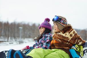 スノーボードをする子供たちの写真素材 [FYI02057147]