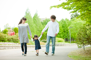 散歩するファミリーの写真素材 [FYI02057152]