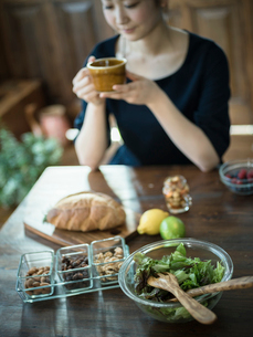 コーヒーを飲む女性の写真素材 [FYI02057157]