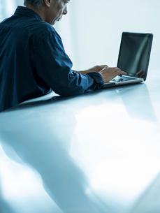 ノートパソコンを操作するシニア男性の写真素材 [FYI02057160]
