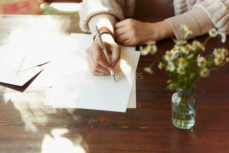 手紙を書く女性の手元の写真素材 [FYI02057162]