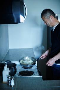 料理をするミドル男性の写真素材 [FYI02057164]
