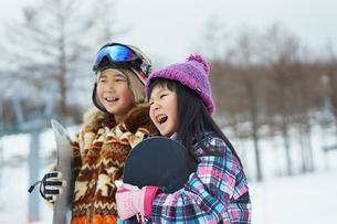 スノーボードを持つ子供たちの写真素材 [FYI02057169]