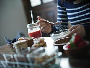 朝食を食べる女性の手元の写真素材 [FYI02057190]