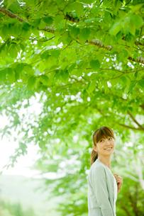 新緑と女性の写真素材 [FYI02057195]