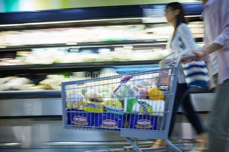 スーパーマーケットで買い物をする夫婦の写真素材 [FYI02057196]