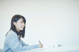 勉強する女子学生の写真素材 [FYI02057203]
