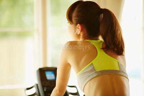 エアロバイクで運動する女性の後ろ姿の写真素材 [FYI02057204]