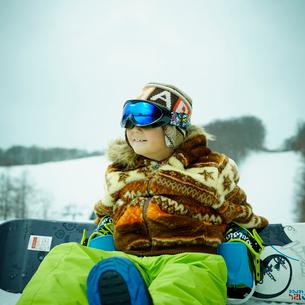 スノーボードと男の子の写真素材 [FYI02057224]