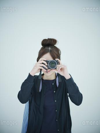 カメラを構える女性の写真素材 [FYI02057228]
