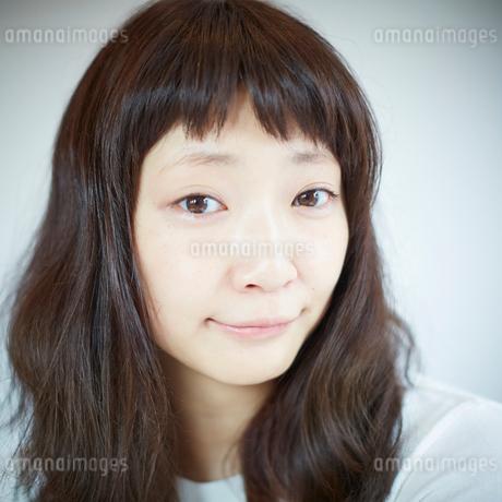 若い女性のポートレートの写真素材 [FYI02057233]
