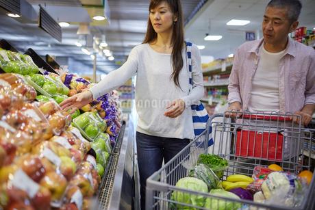 スーパーマーケットで買い物をする夫婦の写真素材 [FYI02057239]