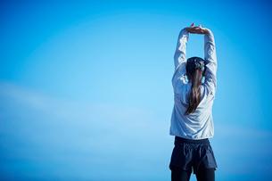 ストレッチをするミドル女性の写真素材 [FYI02057241]