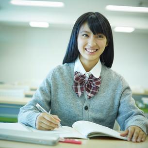 勉強する女子学生の写真素材 [FYI02057259]