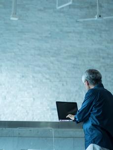 ノートパソコンを操作するシニア男性の写真素材 [FYI02057271]