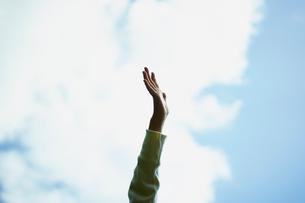 青空と子どもの手の写真素材 [FYI02057275]