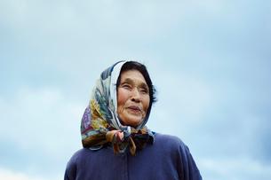 笑顔の農婦と空の写真素材 [FYI02057283]