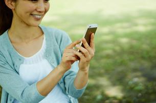 スマートフォンを操作する女性の写真素材 [FYI02057296]
