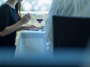 食事をするミドル夫婦の写真素材 [FYI02057313]
