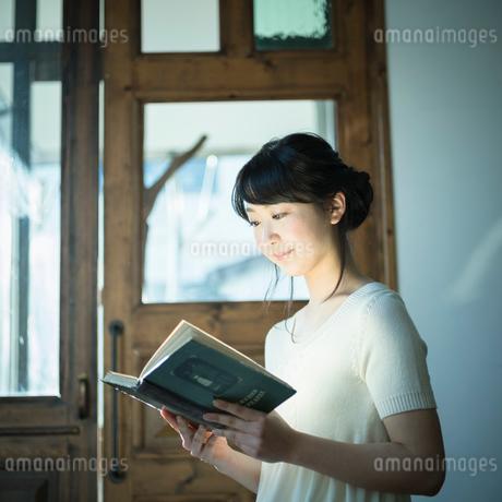 本を読む女性の写真素材 [FYI02057315]