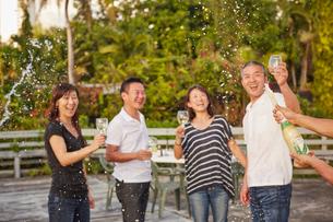 シャンパンシャワーを楽しむ2組の夫婦の写真素材 [FYI02057319]