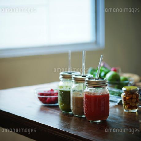 3種のスムージーがのったテーブルの写真素材 [FYI02057339]