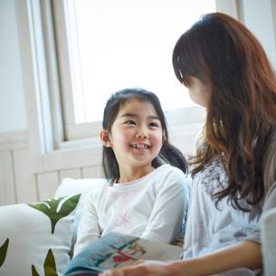 笑顔で会話する女の子と母親の写真素材 [FYI02057347]