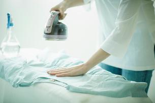 アイロンをかける女性の手元の写真素材 [FYI02057356]