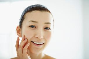 頬に触れる女性の写真素材 [FYI02057365]