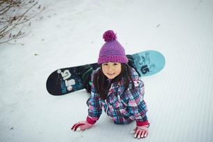 スノーボードをする女の子の写真素材 [FYI02057372]